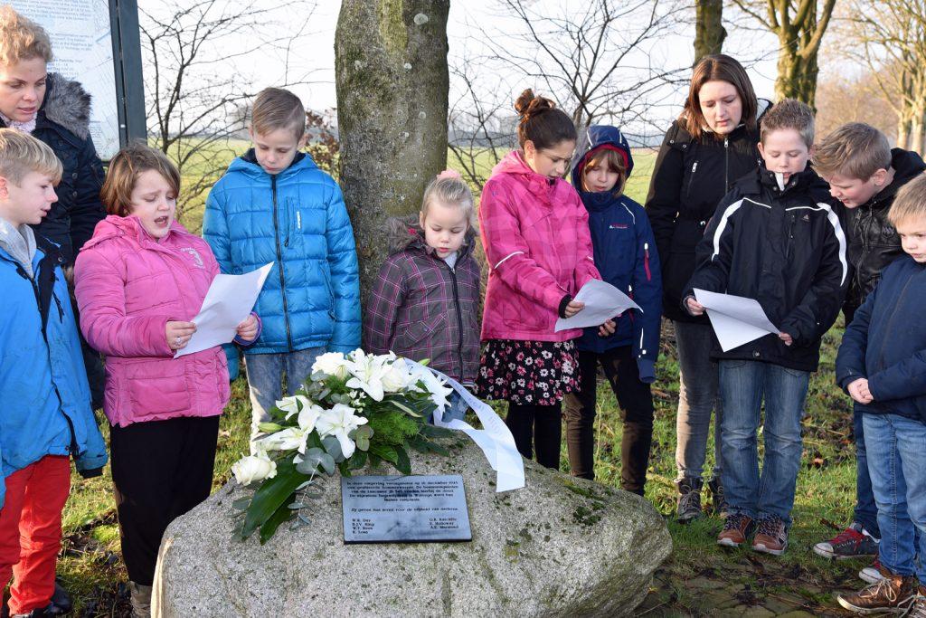 Herdenking bij oorlogsmonument