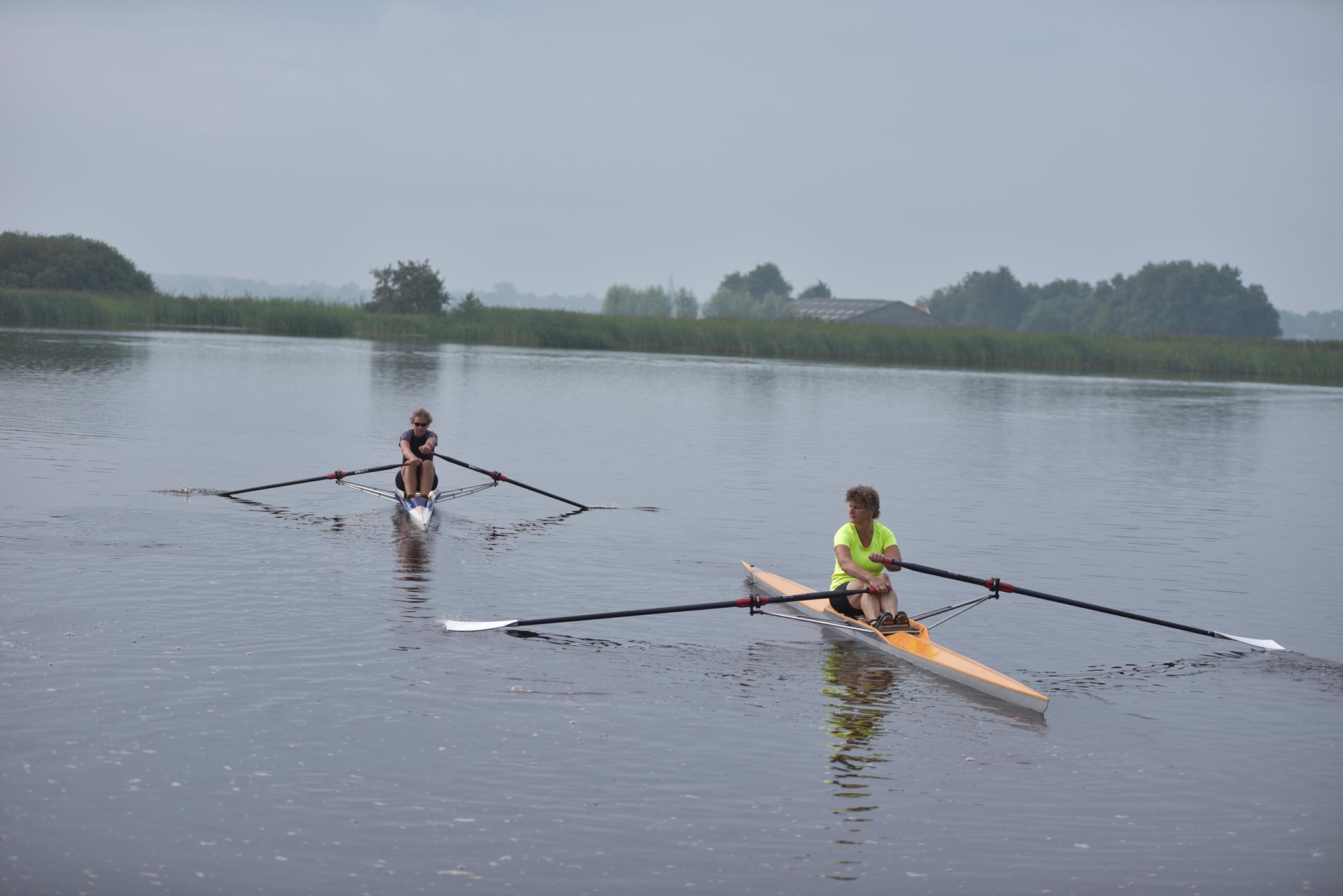 Roeien in een skiff op de Lende