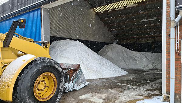 Vele tonnen strooizout wordt aan- en afgevoerd
